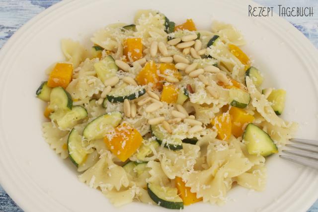 Pasta mit Kürbis Zucchini Pinienkernen vegetarisch Rezept perfekt für den Herbst schnell und lecker